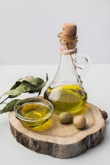 Close-up bottiglia di olio d'oliva e olive