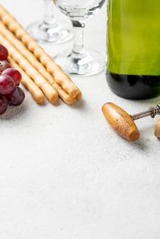 Close-up bottiglia di vino e cavatappi