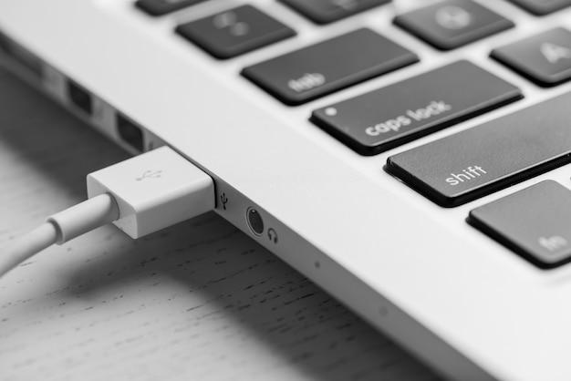 Close-up cavo usb nel computer portatile
