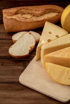 Close-up deliziosa varietà di formaggi fatti in casa