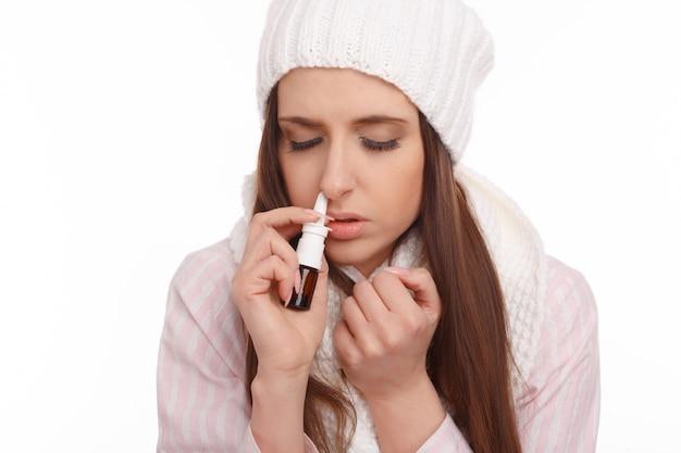 Close-up della donna malata con naso chiuso