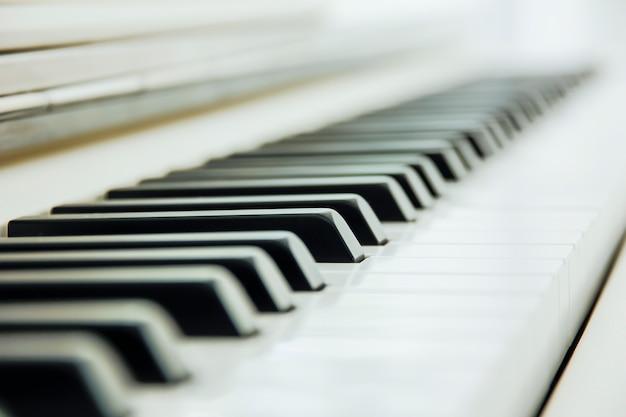 Close-up della tastiera di pianoforte centrato su ab con abbondanza di spazio bianco