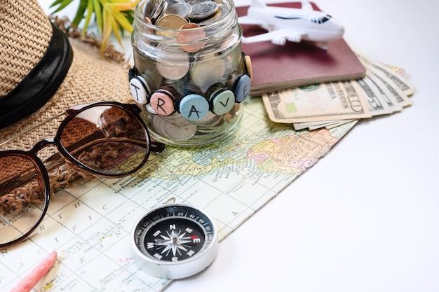 Close up di accessori da viaggio sulla superficie di colore bianco, concetto di viaggio. lay piatto, copia dello spazio
