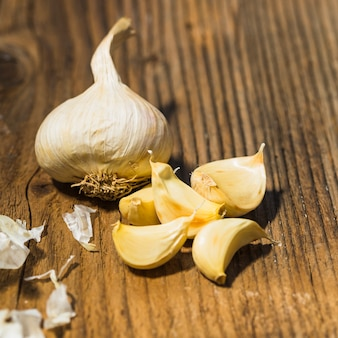 Close-up di aglio fresco sulla superficie in legno