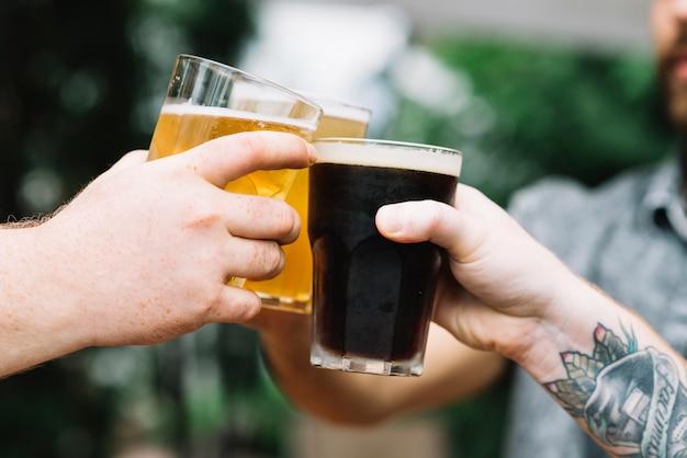 Close-up di amici tostatura bicchiere di bevande