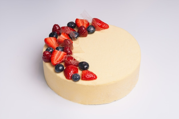 Close-up di appetitoso cheesecake con frutti di bosco