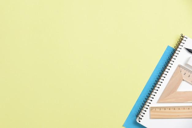 Close-up di articoli per ufficio su sfondo giallo