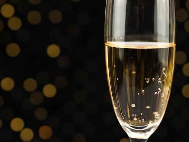 Close-up di bolle nel bicchiere di champagne