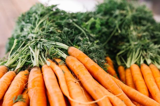 Close-up di carota vegetale con foglie