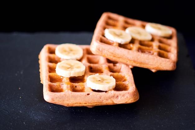 Close-up di cialde con banana e miele