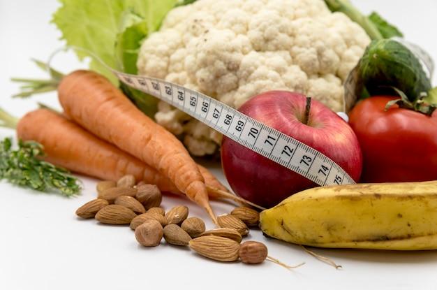 Close-up di cibo sano con nastro di misurazione