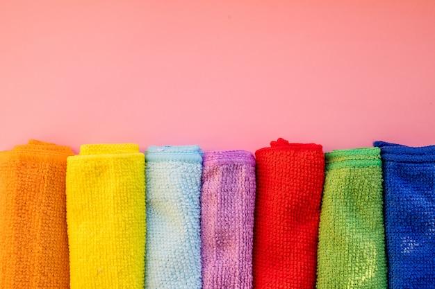 Close-up di cinque vestiti di pulizia in microfibra sovrapposti di diversi colori. vista dall'alto.