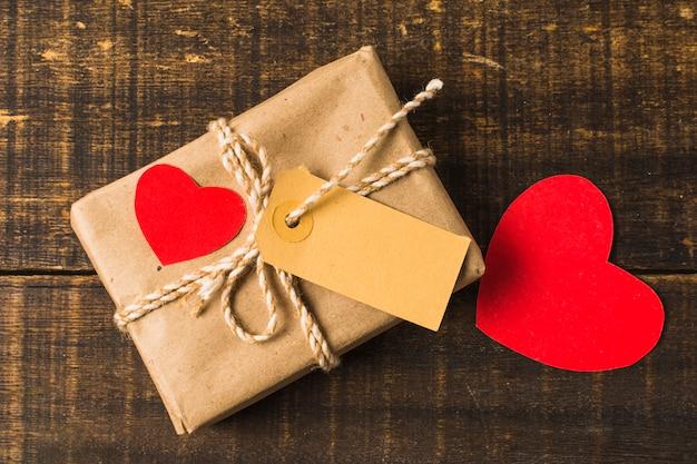 Close-up di cuore rosso e confezione regalo con etichetta