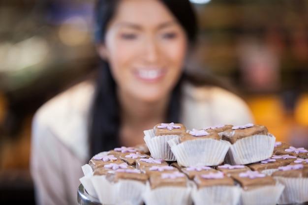 Close-up di cupcakes su basamento della torta