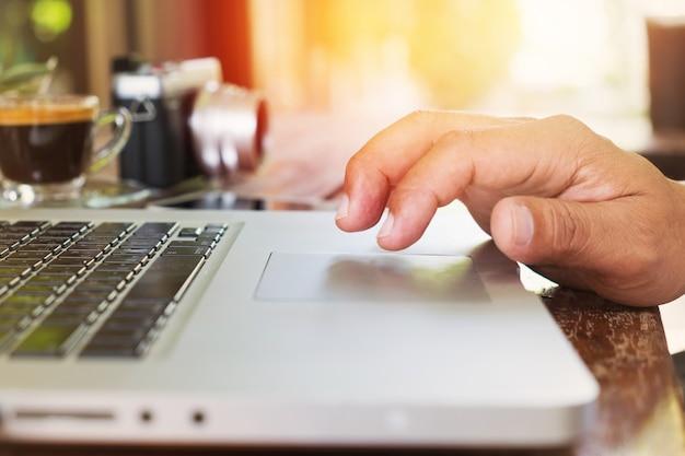 Close-up di digitare mani maschili