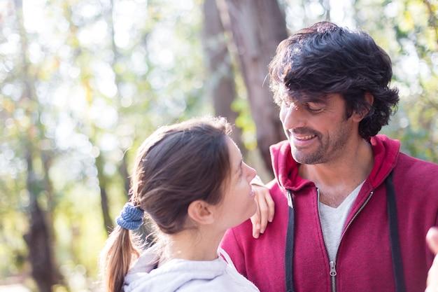 Close-up di donna cerca di amore al suo marito nel campo