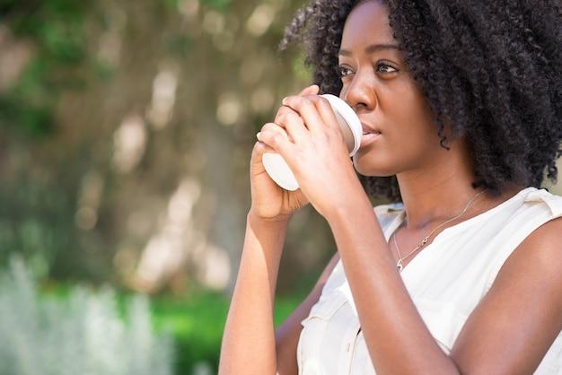 Close-up di donna premurosa bere caffè