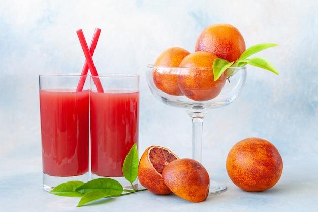 Close-up di due bicchieri di arancia fresca sangue freddo