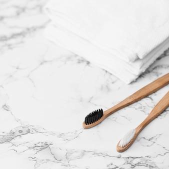 Close-up di due spazzole e asciugamani su sfondo di marmo