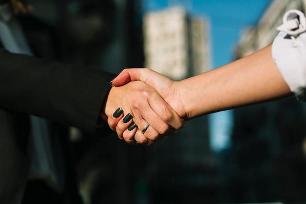 Close-up di due uomini d'affari si stringono la mano