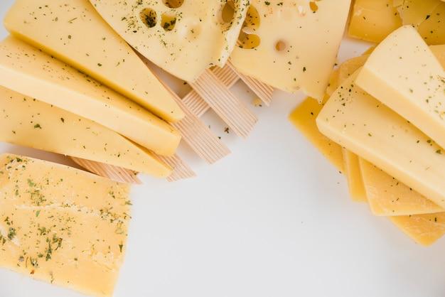 Close-up di fette di formaggio su sfondo bianco