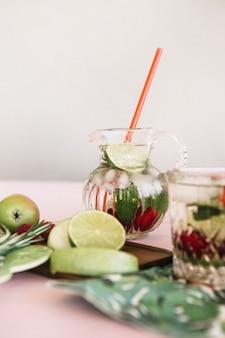 Close-up di frutta fresca e succo di frutta