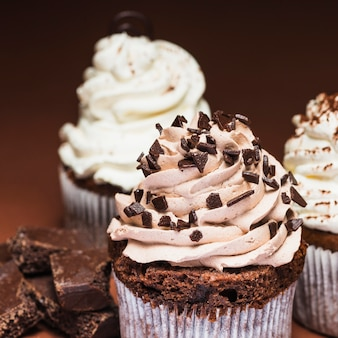 Close-up di gustosi cupcakes al cioccolato