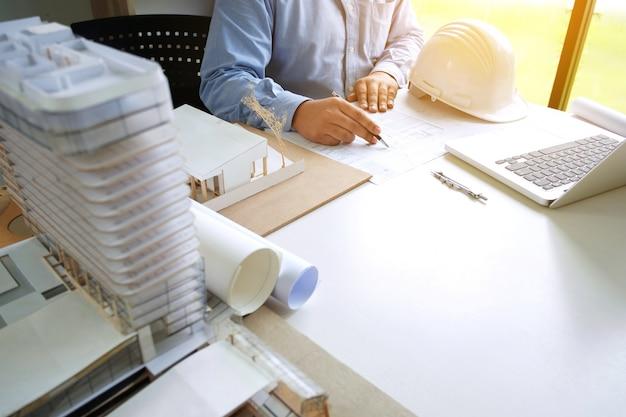Close up di ingegnere sketching sul progetto sullo scrittorio in ufficio creativo