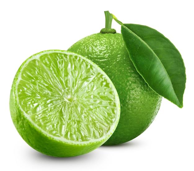 Close-up di limette fresche con foglia verde