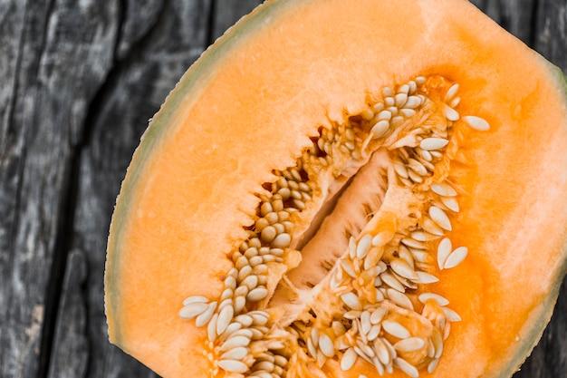 Close-up di melone muschiato a metà con semi
