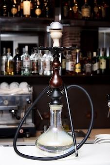 Close-up di narghilè sullo sfondo del bar nel ristorante.