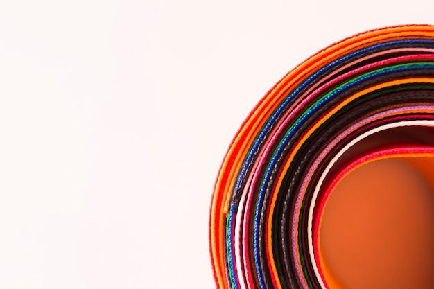 Close-up di nastri curvi colorati su sfondo bianco