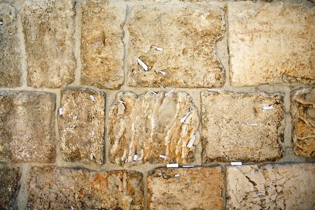 Close-up di note a dio nel muro occidentale