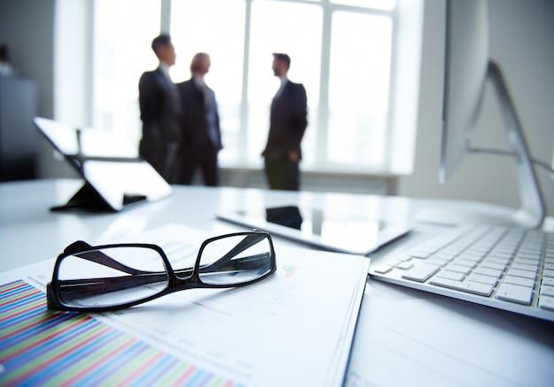 Close-up di occhiali con sfondo uomini d'affari