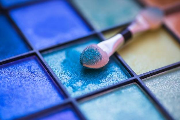 Close-up di ombretto in polvere con pennello