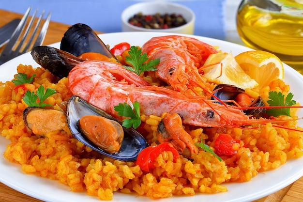 Close-up di paella tradizionale con frutti di mare