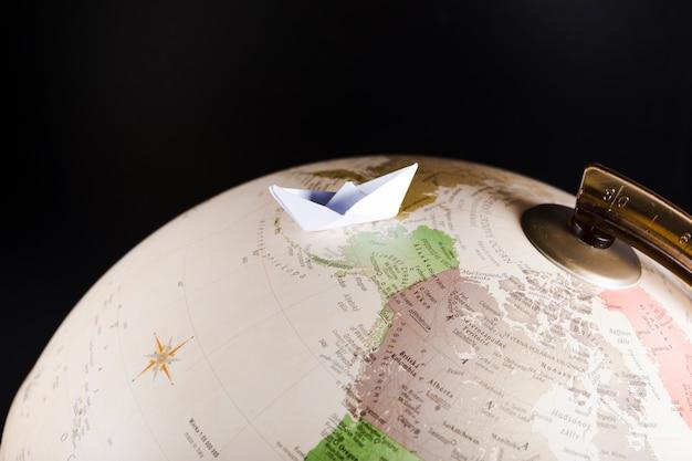 Close-up di paperboat sul globo
