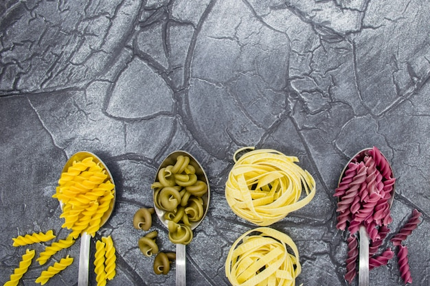 Close-up di pasta multicolore. pasta di diverse forme.