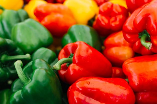 Close-up di peperone verde e rosso