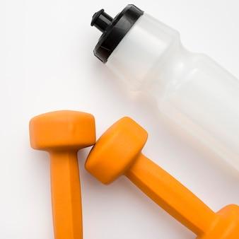 Close-up di pesi con bottiglia d'acqua