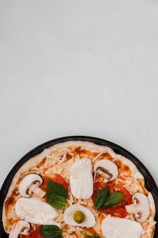 Close-up di pizza italiana fatta in casa su sfondo grigio