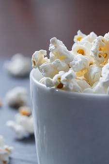 Close-up di popcorn in una ciotola bianca.
