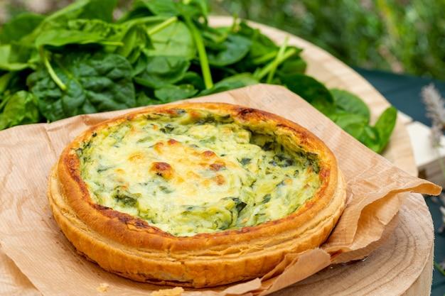 Close-up di quiche con verdure fresche.
