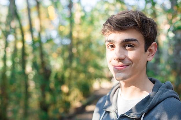 Close-up di sorridere adolescente di riposo all'aperto