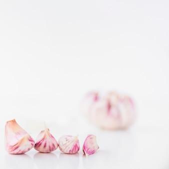 Close-up di spicchi d'aglio su sfondo bianco