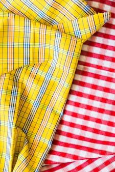 Close-up di tessuto tessile classico a scacchi giallo e rosso