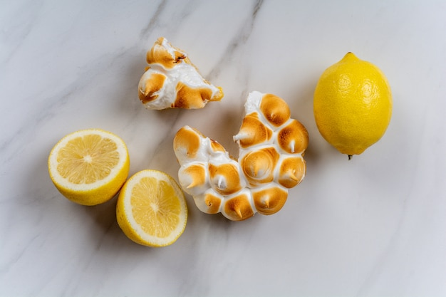 Close-up di torta al limone fatta in casa fresca con meringa e limone agrumi. concetto di panetteria.