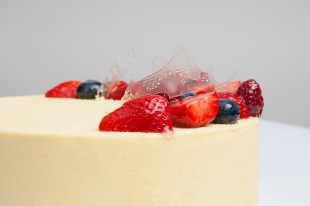 Close-up di torta fresca decorata con frutti di bosco