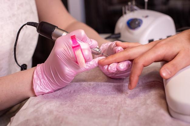 Close-up di un manicure archiviazione di unghie in salone