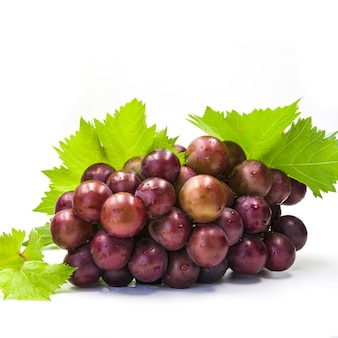 Close-up di uve fresche e succose su sfondo bianco